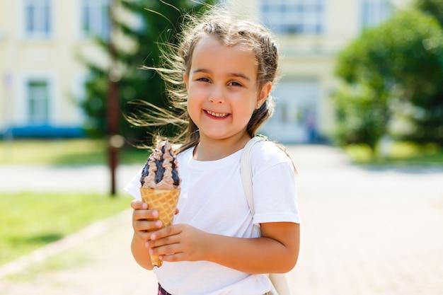 Bambina con gelato nel parco