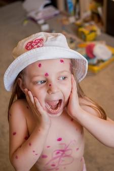 Bambina con i brufoli rossi che grida a casa