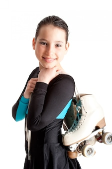 Bambina con i pattini di rullo isolati su bianco
