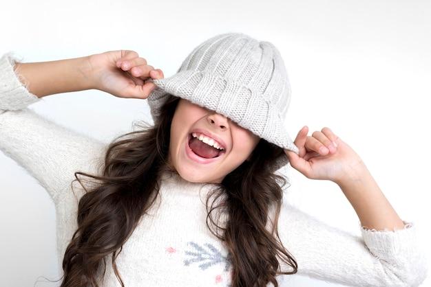 Bambina con il cappello sugli occhi urlando
