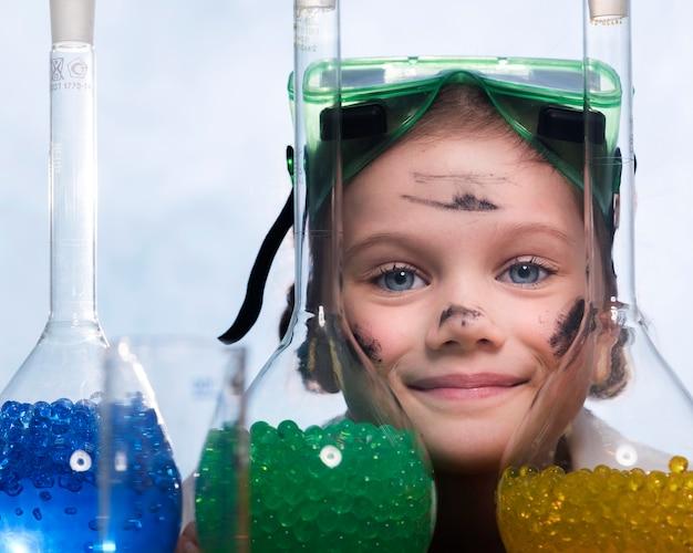 Bambina con il primo piano di tubi