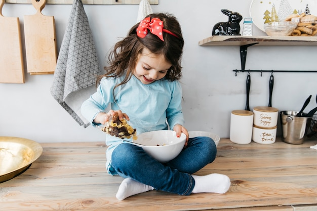 Bambina con la sua colazione