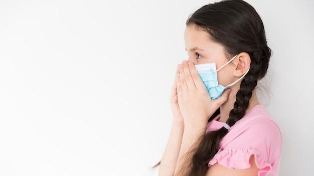 Bambina con maschera medica