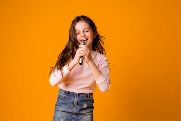Bambina con microfono sorridente cantando