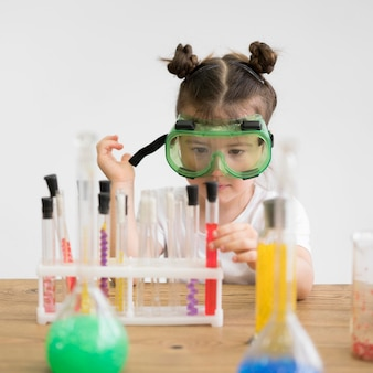 Bambina con occhiali di sicurezza