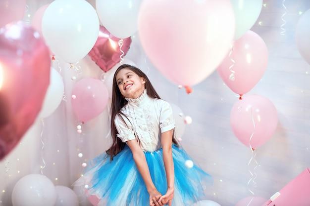 Bambina con palloncini di elio rosa