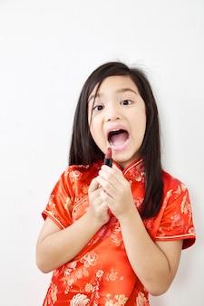 Bambina con rossetto rosso