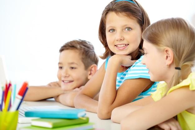 Bambina con un grande sorriso in classe