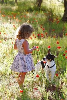 Bambina dentro su un giacimento di fiore