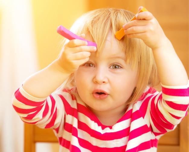 Bambina divertente che gioca con la plastilina