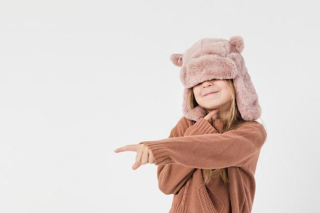 Bambina divertente che punta il dito