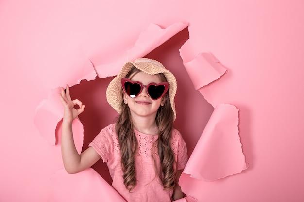 Bambina divertente con gli occhiali su colorato
