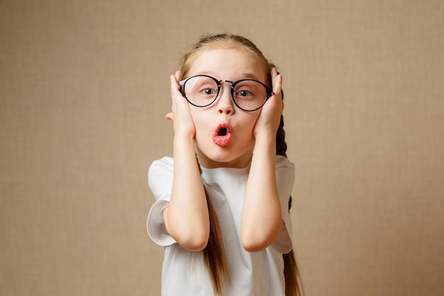 Bambina divertente nei bicchieri