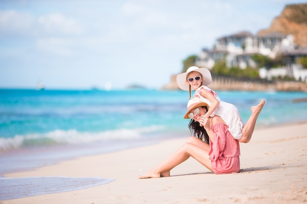 Bambina e giovane madre durante le vacanze al mare