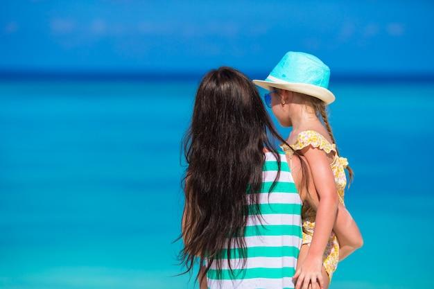 Bambina e giovane mamma durante la vacanza al mare