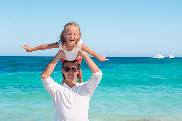 Bambina e papà felice che si diverte