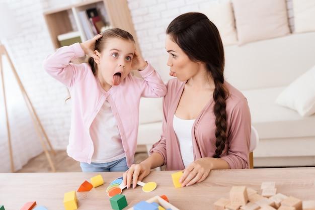 Bambina e ragazza fanno una smorfia.