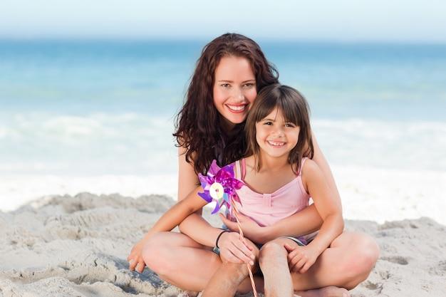 Bambina e sua madre con un mulino a vento
