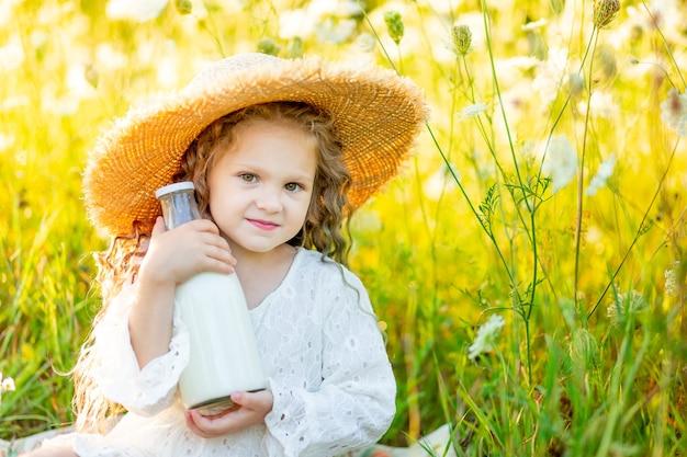 Bambina felice con un cappello a un picnic