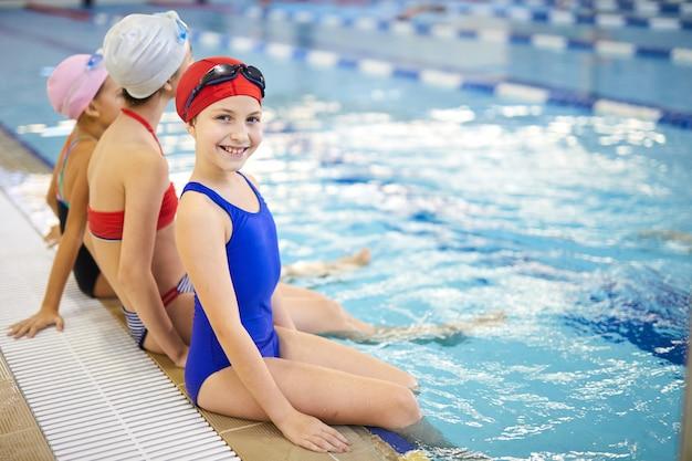Bambina felice in piscina