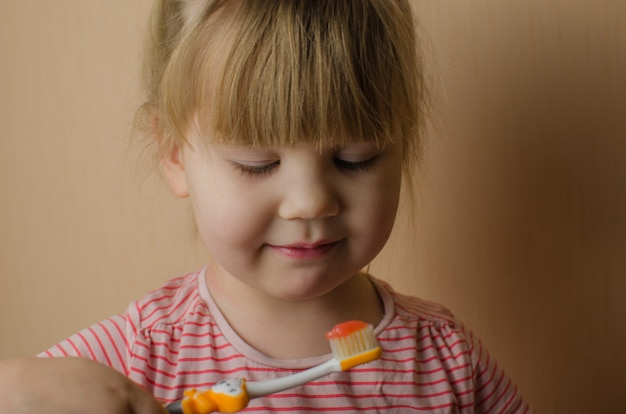 Bambina felice lavarsi i denti. copia spazio