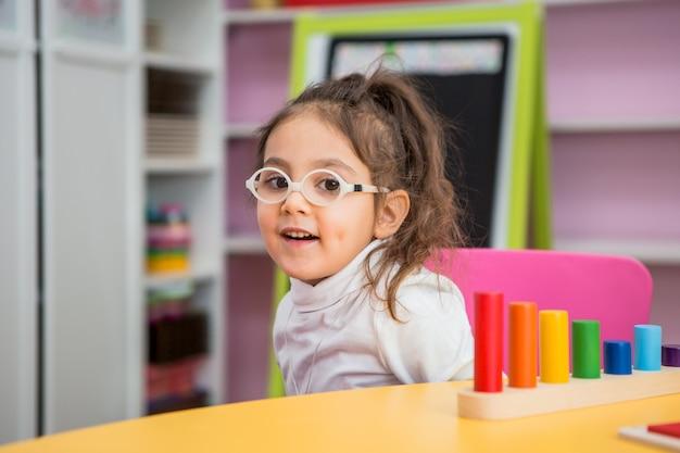 Bambina gioca in classi educative