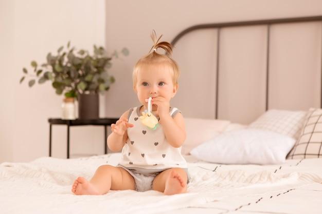 Bambina gioca in una camera da letto
