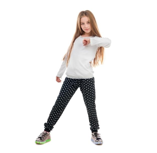 Bambina graziosa che balla con un trucco sulle dita dei piedi