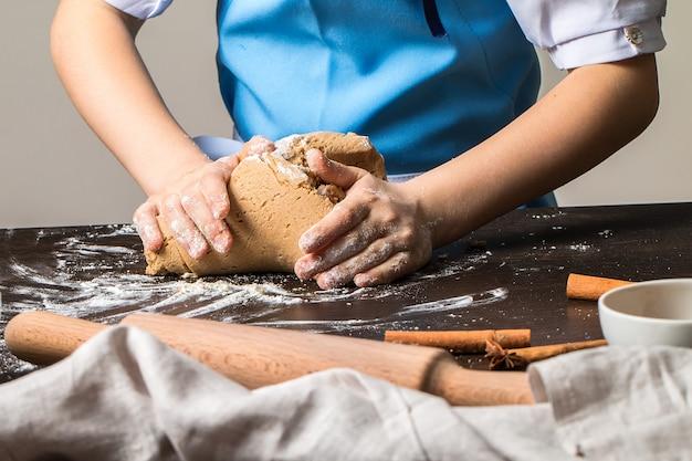 Bambina impastare la pasta per biscotti