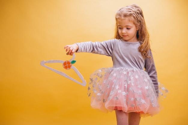 Bambina in abito carino