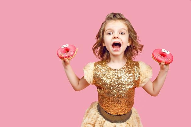 Bambina in abito con ciambelle