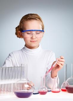 Bambina in attesa di una reazione chimica