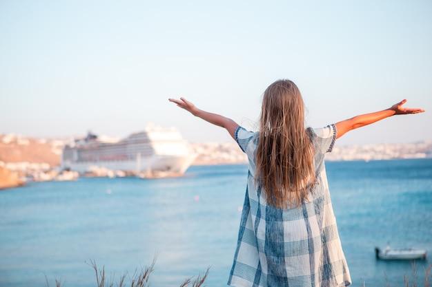 Bambina in città europea all'aperto sull'isola di mykonos