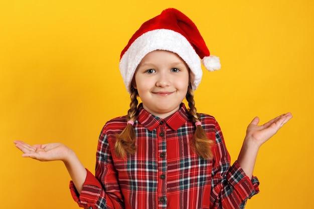 Bambina in coprispalle cappello santa.
