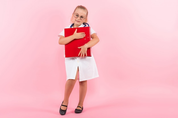 Bambina in costume da medico con cartella
