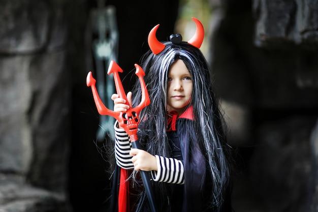Bambina in costume diavolo diavolo