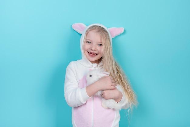 Bambina in orecchie da coniglio con coniglio