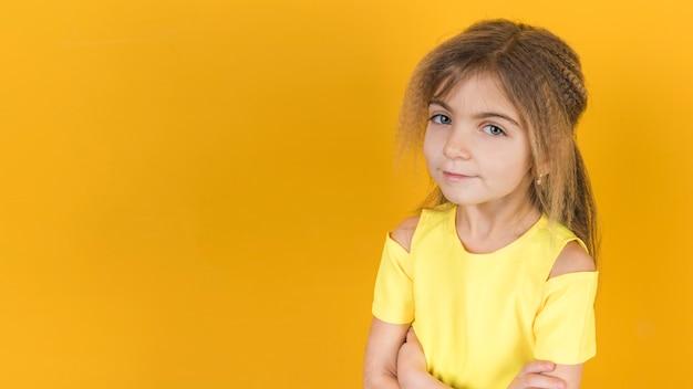 Bambina in piedi con le braccia incrociate