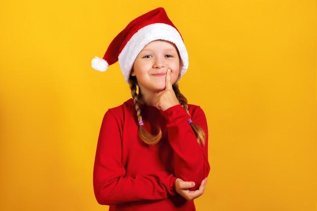 Bambina in un cappello di babbo natale.