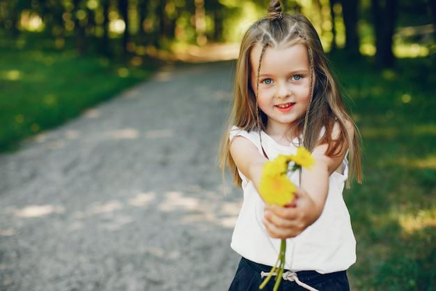 Bambina in un parco