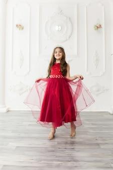 Bambina in un vestito alla moda