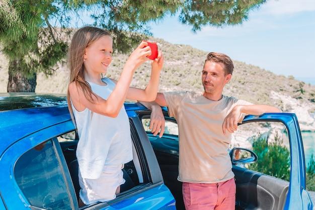 Bambina in vacanza viaggio in auto. vacanze estive e concetto di viaggio in auto