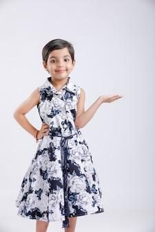 Bambina indiana che mostra qualcosa con la mano
