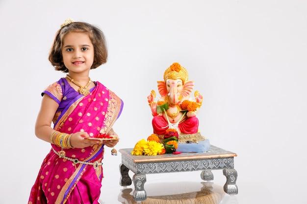 Bambina indiana con lord ganesha, festival indiano di ganesh