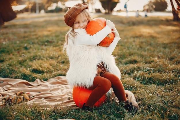 Bambina nel parco d'autunno