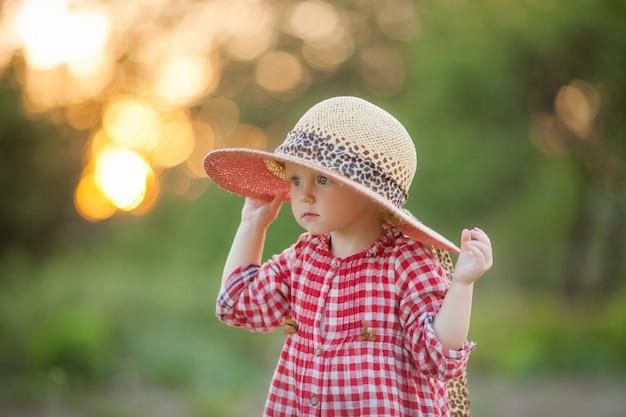 Bambina nel villaggio per una passeggiata in estate