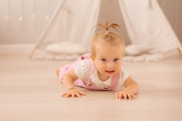 Bambina nella scuola materna a giocare