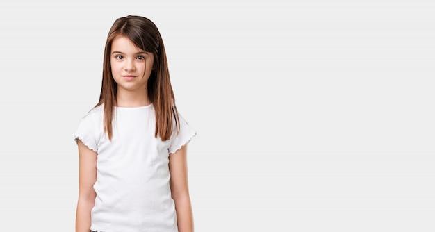 Bambina piena del corpo allegra e con un grande sorriso, fiducioso, amichevole e sincero