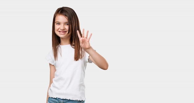 Bambina piena del corpo che mostra il numero quattro, simbolo del conteggio, concetto di matematica