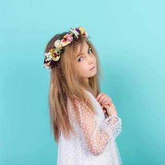 Bambina premurosa in ghirlanda di fiori